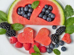 Watermeloen met hartjes gevuld met blauwe bessen.